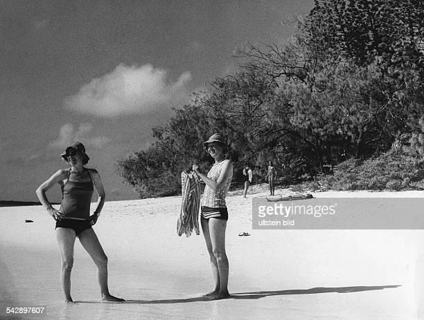 Touristinnen am Strand von Tahiti 1981