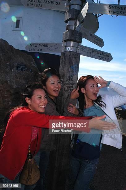 Touristinnen am Wegweiser am Leuchtturm am 'Cape Point' am Kap der Guten Hoffnung bei Kapstadt Südafrika Afrika Reise NB DIG PNr 1299/2005