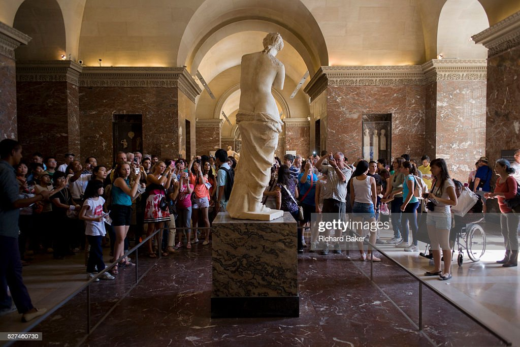 France - Paris - Tourists and the Venus di Milo in the Louvre : News Photo