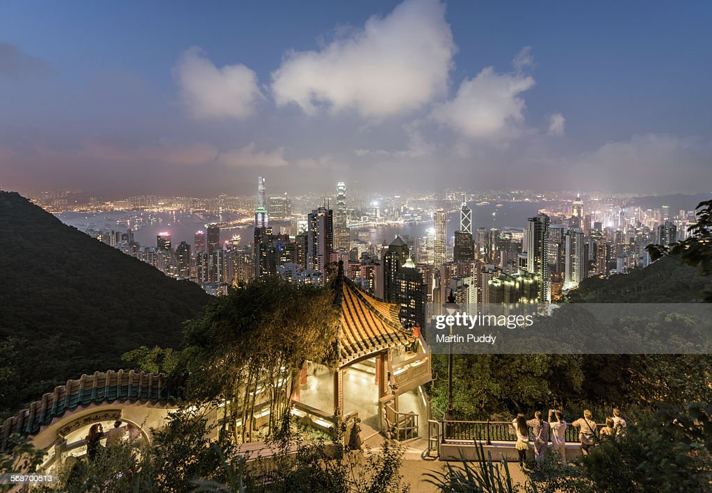 Tourists admiring the Hong Kong skyline : Stock Photo