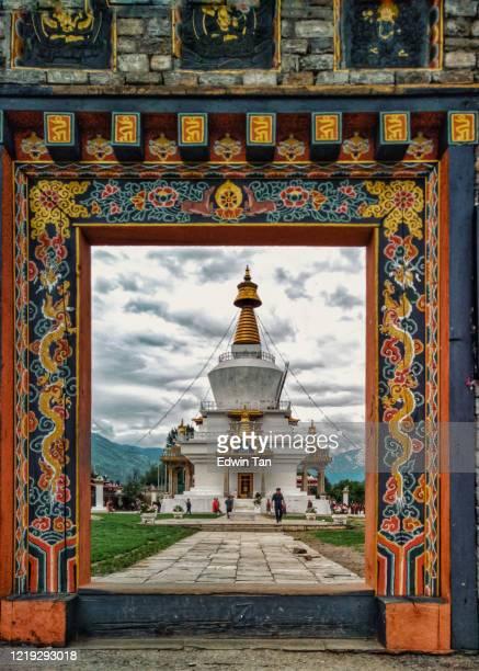 toeristen en bhutanese mensen verzamelen zich rond het nationaal monument chorten gelegen in thimphu voor gebed en zegen - tibetaanse cultuur stockfoto's en -beelden