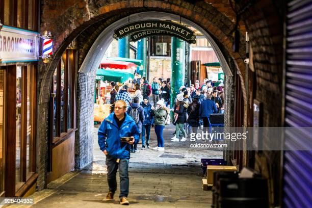 turistas e clientes explorando o borough market, londres, reino unido - borough market - fotografias e filmes do acervo
