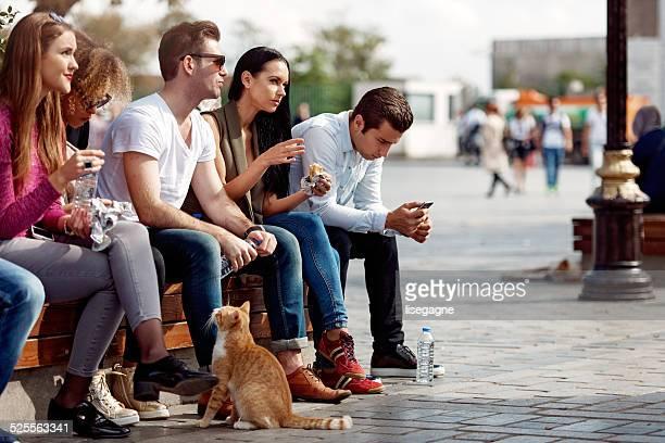Los turistas y amigos teniendo un descanso en Sultanhamet district