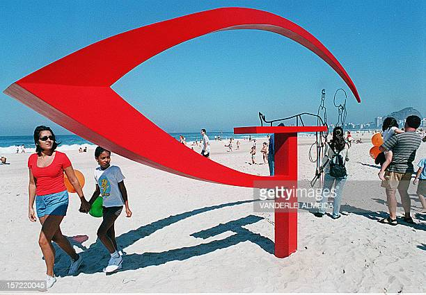 Tourists and residents watches the sculptures done by the Brazilian arrchitect Oscar Niemeyer at the Leme beach in Rio de Janeiro Brazil 15 July 2000...