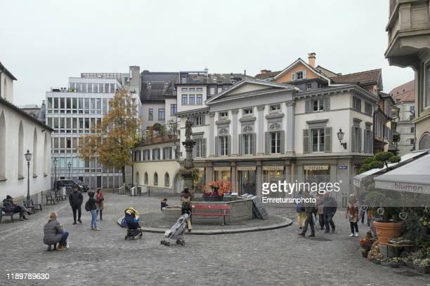 tourists and shoppers around the fountain in munsplatz,zurich. - emreturanphoto ストックフォトと画像