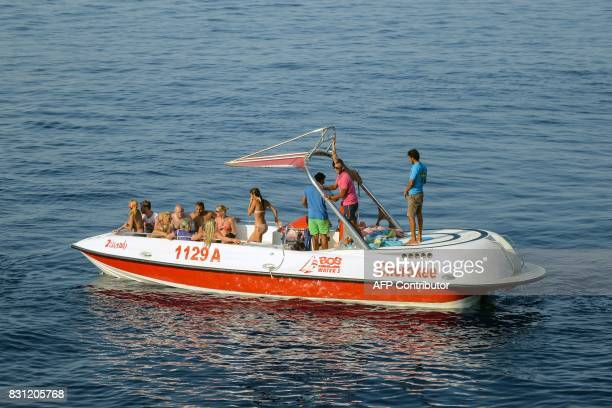 Tourists are seen riding a boat in the Egyptian Red Sea resort of Sharm elSheikh on August 13 2017 / AFP PHOTO / MOHAMED ELSHAHED