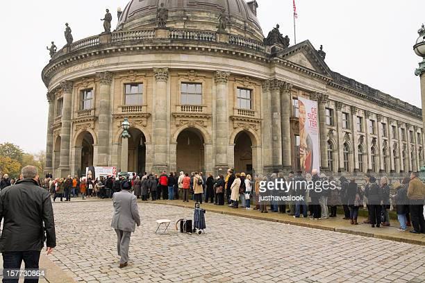 Les touristes visitant Bode-Museum à Berlin