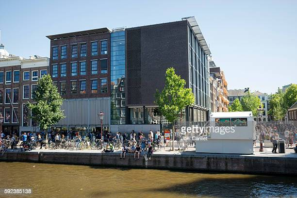 tourists at anne frank house in amsterdam, holland - anna frank foto e immagini stock