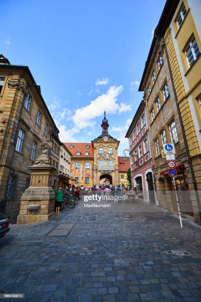 Turistas no Bamberg Old Town Hall : Foto de stock