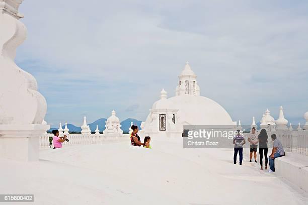 tourists at cathedral of león - nicaragua fotografías e imágenes de stock