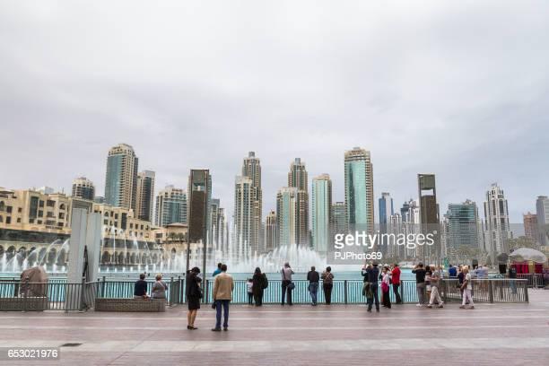 Touristen am tanzenden Fontänen zeigen von Dubai