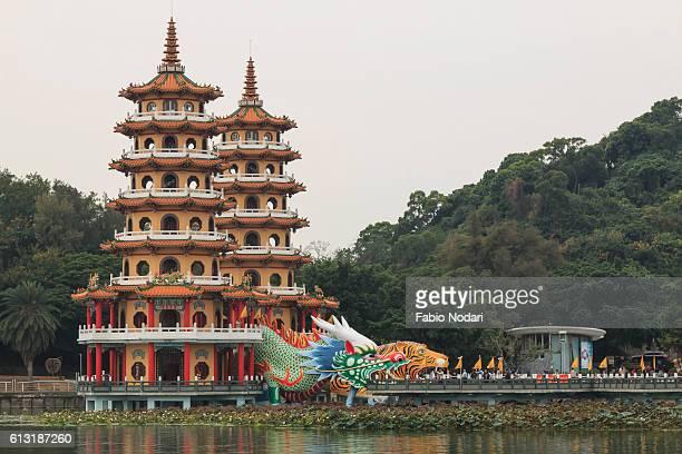 tourists at dragon and tiger pagodas at lotus pond, kaohsiung, taiwan - taiwan imagens e fotografias de stock