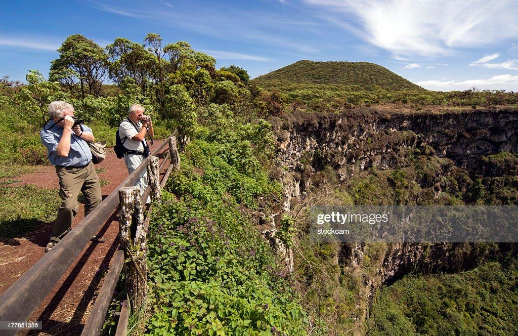 Los turistas en Islas Galápagos pit cráteres : Foto de stock