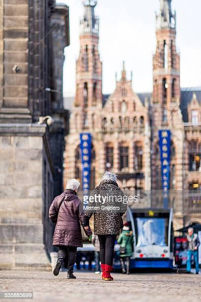 tourists at magna plaza from dam square - merten snijders stock-fotos und bilder