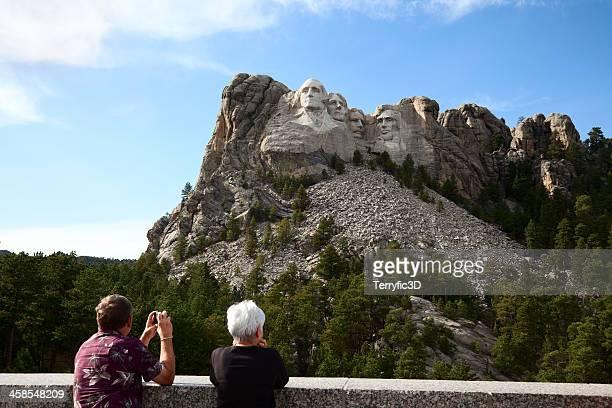 touristen in mount rushmore visitor center - terryfic3d stock-fotos und bilder