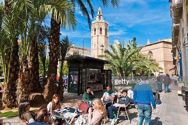 touristes de terrasse de café palmiers el micalet valence, espagne - valence espagne photos et images de collection