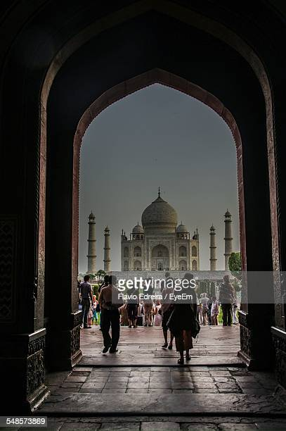 tourists at taj mahal against sky seen through arch - interior of taj mahal stock pictures, royalty-free photos & images
