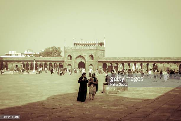 tourists at the jama masjid, new delhi, india - yesteryear - neha gupta stock pictures, royalty-free photos & images