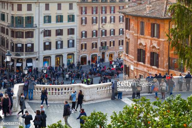 tourists at the piazza di spagna in rome - gwengoat stock pictures, royalty-free photos & images