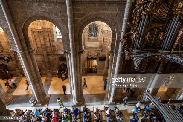 tourists attending mass in santiago de compostela cathedral - peregrino fotografías e imágenes de stock