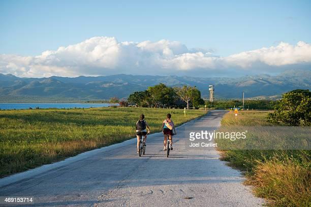 Touristen Fahrradfahren am Meer in der Nähe von Trinidad und Cuba