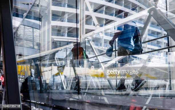 Tourists boarding the cruise ship AIDAprima at the cruise terminal Steinwerder in Hamburg Germany 7 May 2016 PHOTO MARKUS SCHOLZ/dpa | usage worldwide