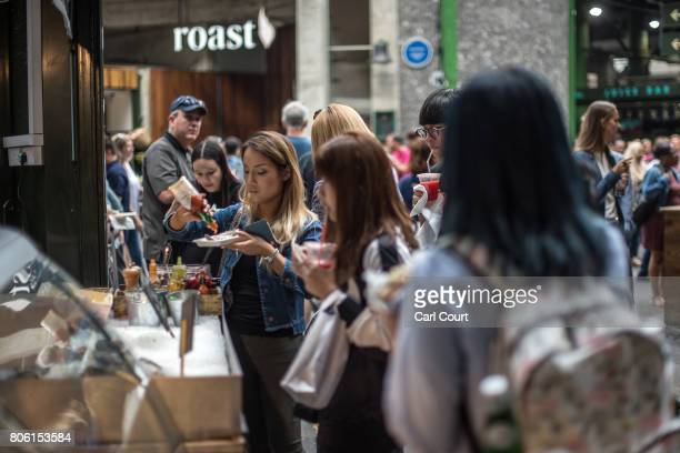 Tourists buy food from a stall in Borough Market on July 3 2017 in London England On 3 June 2017 Islamist terrorists attacked people with knives in...