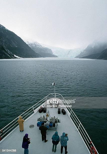 tourists cruising to garibaldi glacier - schiffsbug stock-fotos und bilder