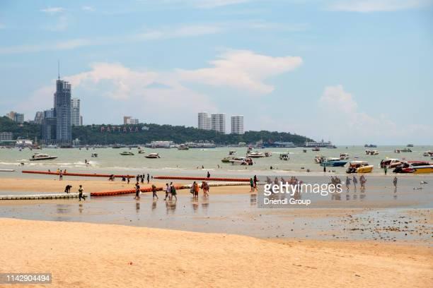 tourists disembarking pleasure boats on pattaya beach. - golf von thailand stock-fotos und bilder