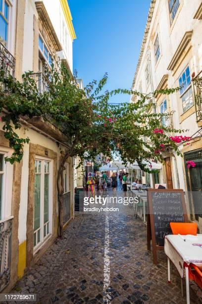i turisti amano cenare all'aperto a tavira, in portogallo - cultura portoghese foto e immagini stock