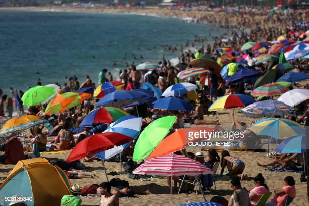 Tourists enjoy the beach in Vina del Mar 110 km west of Santiago Chile on February 22 2018 / AFP PHOTO / CLAUDIO REYES