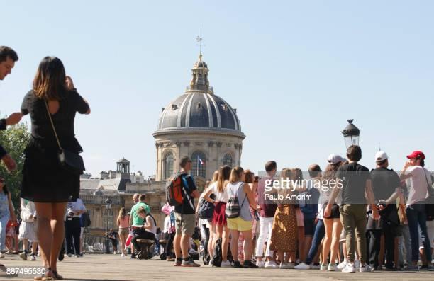 tourists enjoying at pont de arts in paris,france - luogo d'interesse locale foto e immagini stock