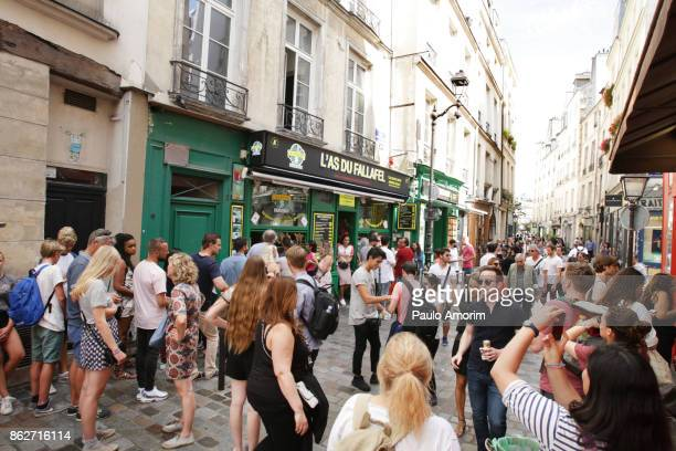 tourists enjoying at rue de rosiers in paris - jewish people stock pictures, royalty-free photos & images
