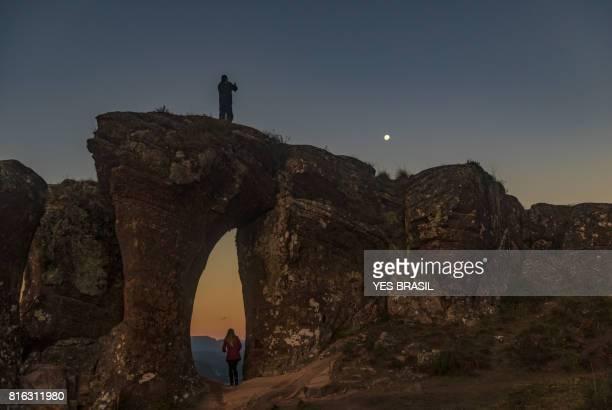 touristen genießen den sonnenuntergang am morro campestre, urubici, santa catarina - hügelkette stock-fotos und bilder