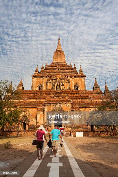 tourists entering sulamani pahto temple - merten snijders stockfoto's en -beelden