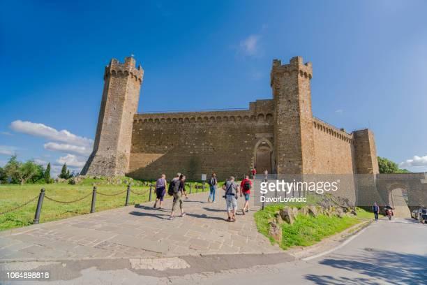 イタリア、モンタルチーノの要塞に入る観光客 - モンタルチーノ ストックフォトと画像