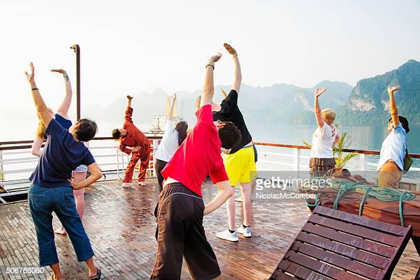 Touristen Ausübung während der Halong Bay cruise in Vietnam