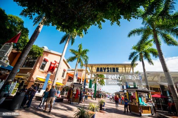 Touristen erkunden Bayside Market legen Sie in Miami downtown, USA