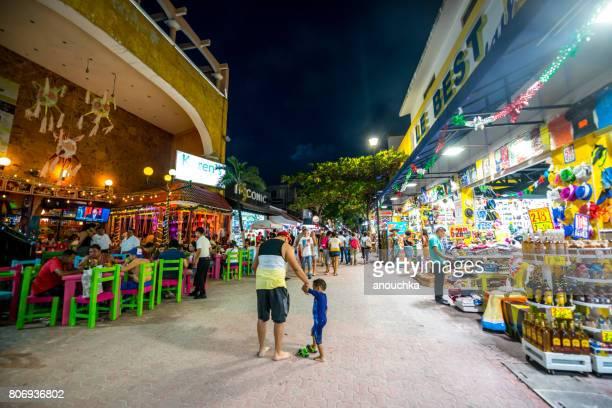 turistas explorar la famosa calle comercial de playa del carmen - 5ta avenida, méxico - playa del carmen fotografías e imágenes de stock