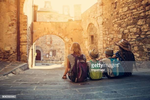 Famille de touristes bénéficiant d'une rue paisible de la petite ville italienne