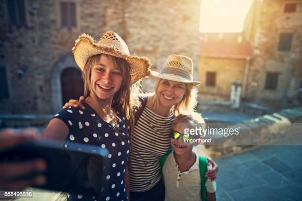 Touristen Familie Sightseeing italienische Stadt von Campiglia Marittima.