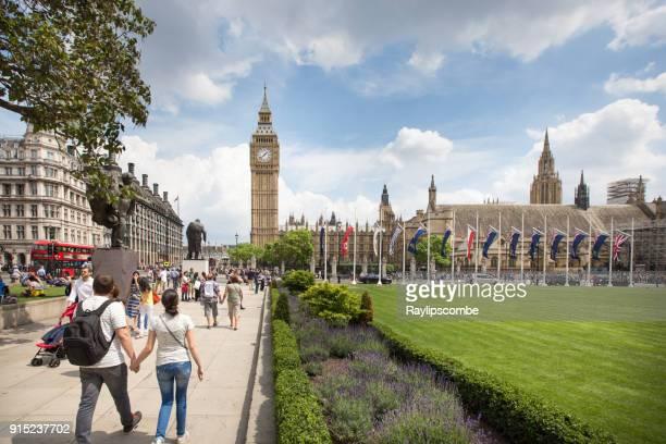 ウエストミン スターの議会広場、日当たりの良い夏の日にロンドンの周り群がって観光客 - パーラメントスクエア ストックフォトと画像