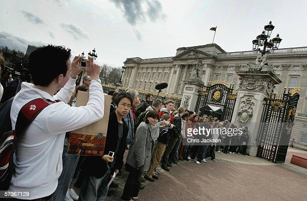 Tourists gather outside Buckingham Palace before the Queen's 80th Birthday Lunch on April 19, 2006 at Buckingham Palace in London, England. TRH Queen...