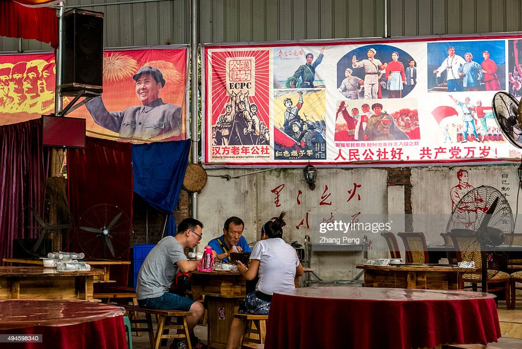 Tourists have dinner in Longquan Commune Canteen, a Zhiqing... : News Photo