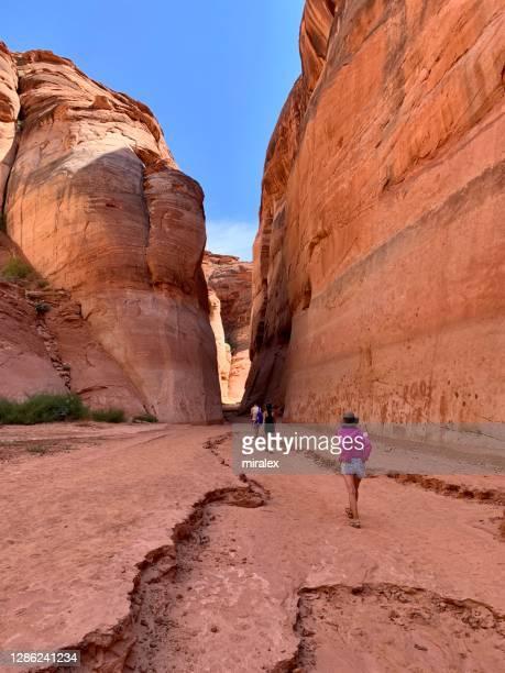 アリゾナ州のアンテロープキャニオンをハイキング観光客, アメリカ - スロット渓谷 ストックフォトと画像