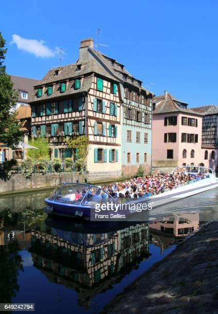 tourists in a boat tour enjoying strasbourg, france - frans sellies stockfoto's en -beelden