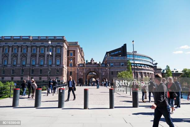 Touristen im Zentrum von Stockholm in der Nähe der Riksgatan und der Provinziallandtag oder Parlamentsgebäude