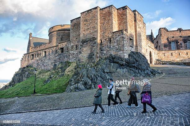 tourists in edinburgh castle - theasis stockfoto's en -beelden