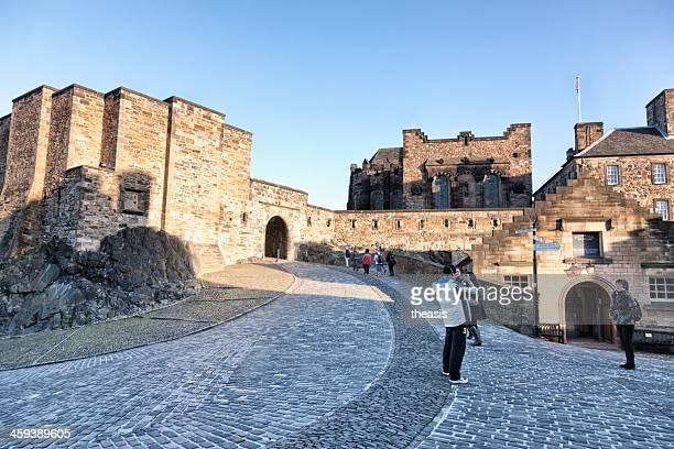 tourists in edinburgh castle - theasis stockfoto's en -beelden