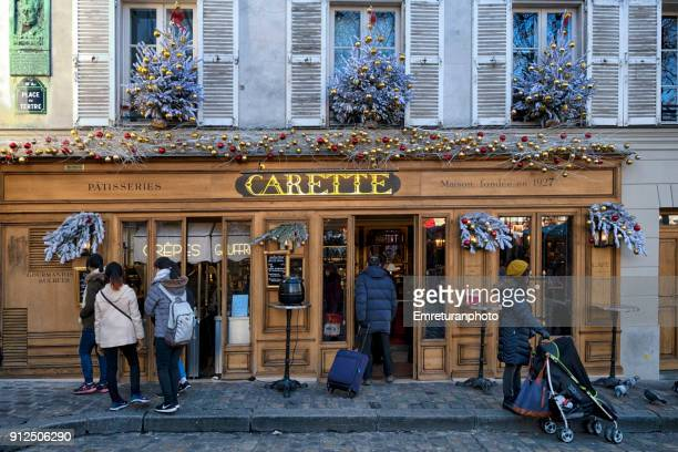 tourists in front of a restaurant in montmartre,paris. - emreturanphoto - fotografias e filmes do acervo